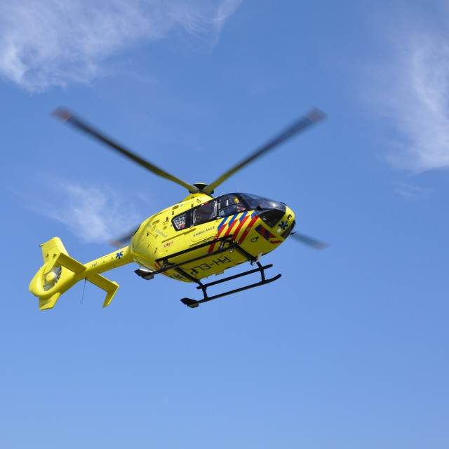 Een traumahelikopter in de lucht