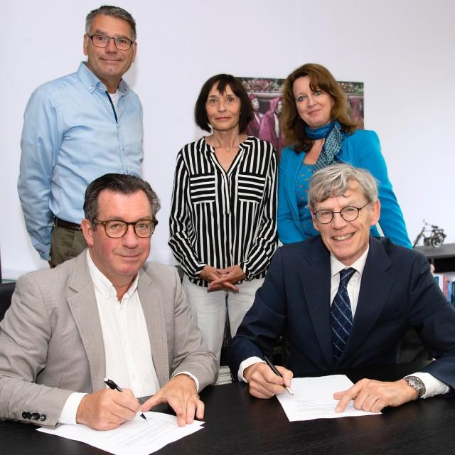 Ger Jacobs (l.) en Bart Berden tekenen de intentieverklaring. Op de achtergrond kijken (v.l.n.r.) Walter Heijne (hoofd SEH, ETZ), Yvonne Neyman (staffunctionaris, RAV) en Corina Eijgelsheim (manager P&O a.i., ETZ) toe.