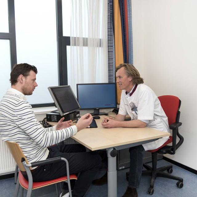 Een traumachirurg in het St. Anna Ziekenhuis bespreekt met een patiënt de Keuzehulp.