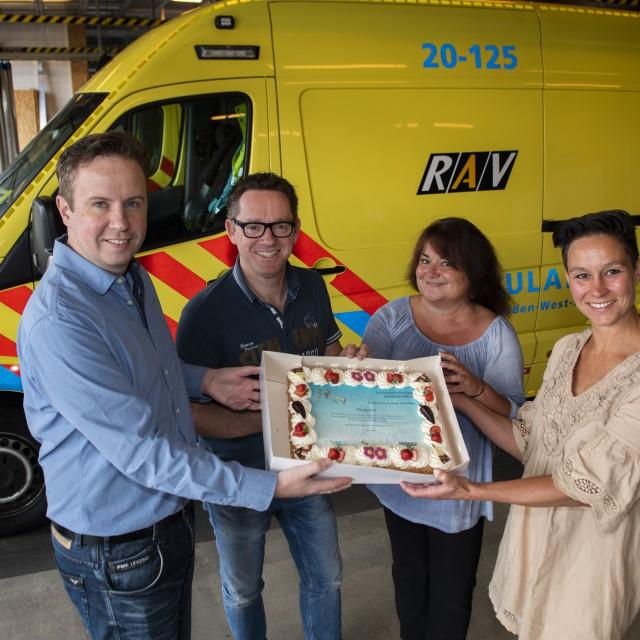 GHOR-medewerkers Jurgen van Boekel en Eveline Dekkers zijn op bezoek bij RAV-collega's Lianne van Driel en Henk Bekendam. Als dank krijgen alle ketenpartners een taart voor hun deelname aan het project.