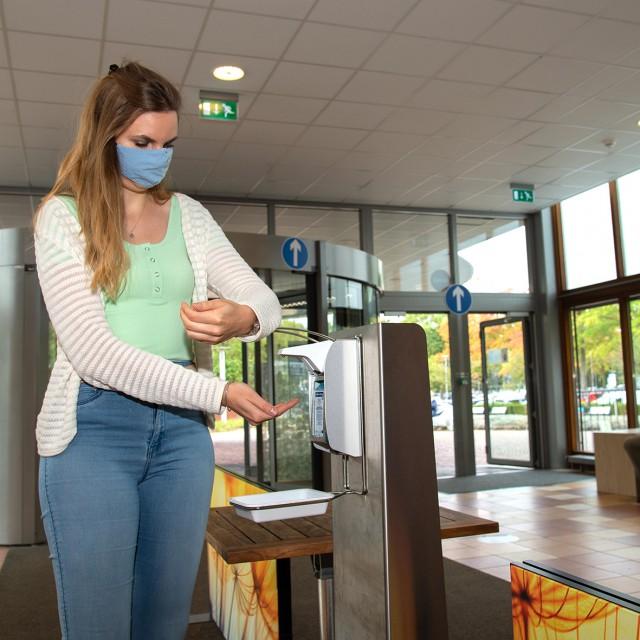 Patiënten en bezoekers worden opgeroepen om en mondkapje te dragen vanaf binnenkomst.