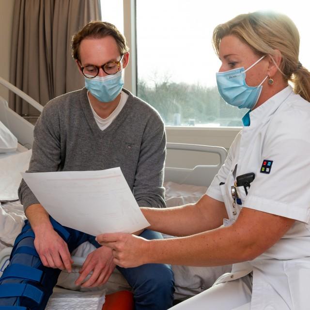 De zorgverlener geeft het uitreikvel aan de patiënt op de verpleegafdeling. Met het uitreikvel en de unieke inlogcode kan de patiënt inloggen op de website van de Keuzehulp.