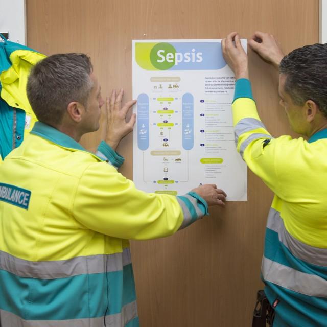 Twee ambulanceverpleegkundigen bekijken het sepsis protocol
